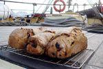Das Brot kommt täglich frisch vom Bäcker ...