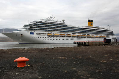 Large cruise ships in Spitsbergen: soon history?