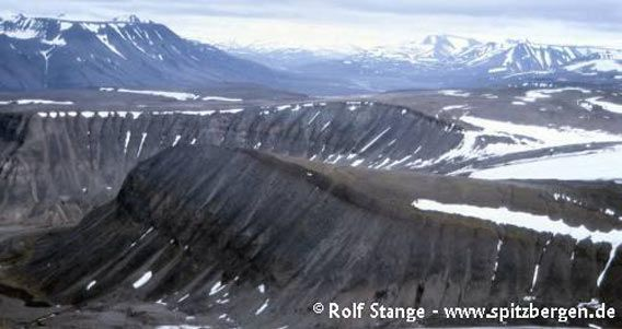 Plateau in an elevation of 4-500 metres near Longyearbyen (in the foreground the mountain Sarkofagen, Longyearbyen to the left just outside the photo. Adventdalen in the background)