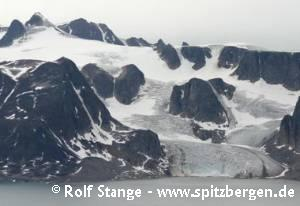 Glaciated mountain landscape in northwestern Spitsbergen - Raudfjord