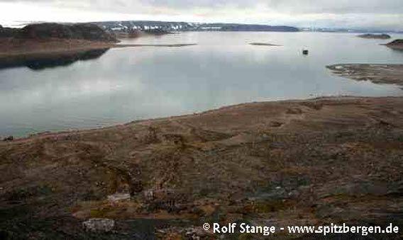Landskapet i den innerste delen av Ripjfjorden, sett fra en bakketopp bak Haudegen-Stasjon