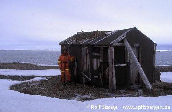 Hytte i Mollbukta, lokalisert på østkysten av Lågøya
