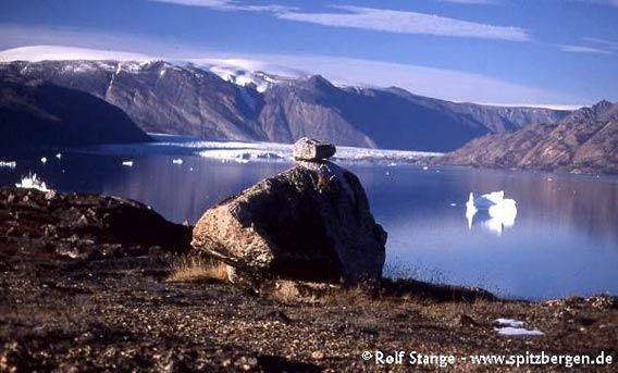 Erratic boulder in Rypefjord, inner Scoresbysund