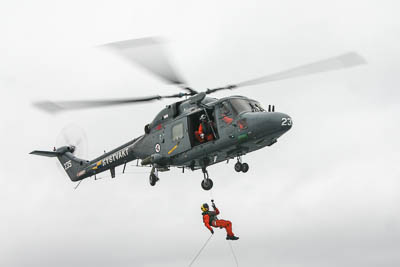 Rettungshubschrauber bei einer Übung.