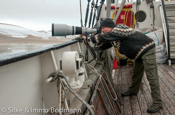 Spitsbergen photography: Rolf Stange with the 600 mm-tele lens