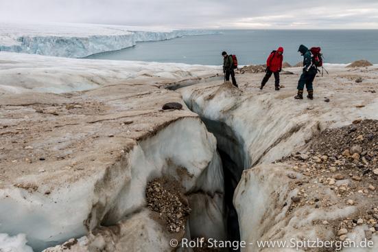 Gletschergelände mit Schmelzwasserbächen und Moränenablagerungen, Spitzbergen