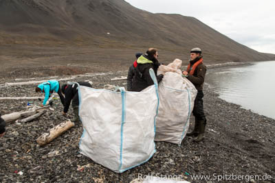 Collecting plastic garbage, Mushamna (Spitsbergen)