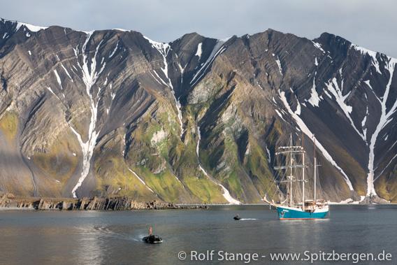 SV Antigua in front of Midterhukfjellet, Bellsund, Spitsbergen
