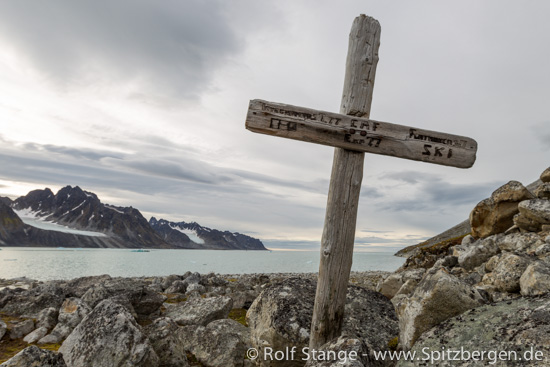 Cross for Austrian mountaineer, Magdalenefjord