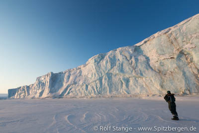 Foto trip in the arctic winter: glacier front