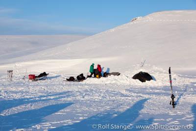 Das Zeltlager im Tempelfjord, das von einem Eisbären angegriffen wurde