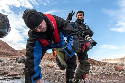 Gummstiefel sind Teil der Ausrüstung bei einer Arktis-Segelreise.
