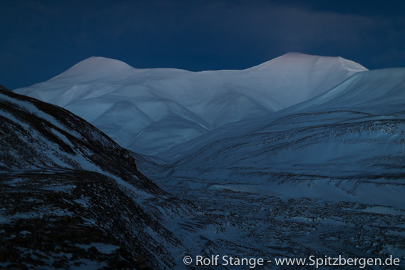Polar night in Adventdalen: Helvetiafjellet