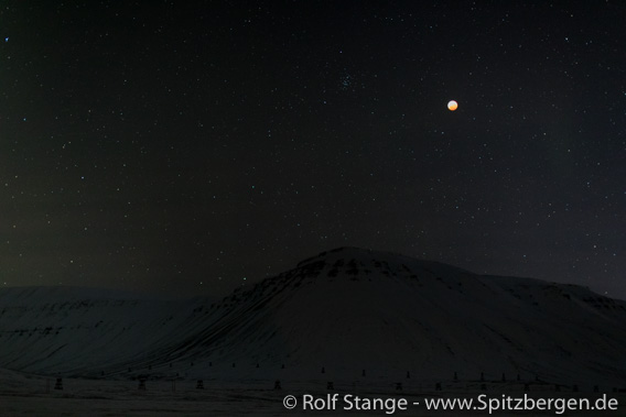 Lunar eclipse over Adventdalen