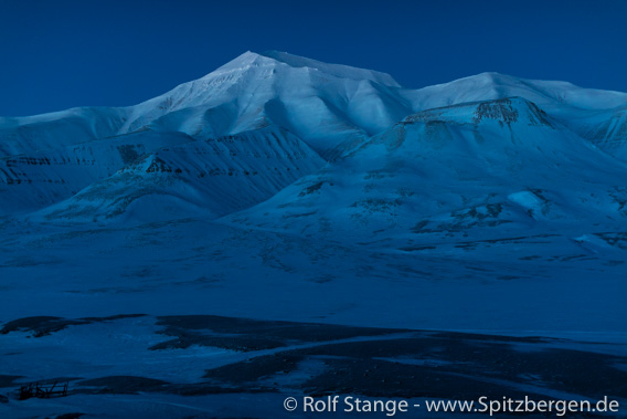 Blue light: Helvetiafjellet, Adventdalen