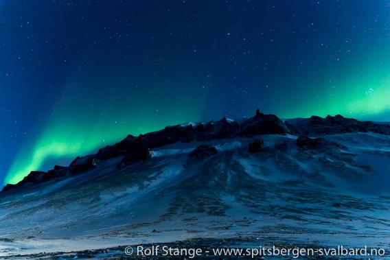 Mørketid og nordlys over Platåberget nær Longyearbyen