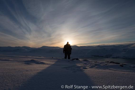Erste Sonne über dem Adventfjord
