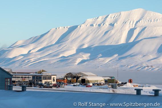 Svalbard Snøskuterutleie in der Sonne