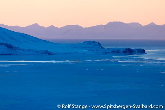 Utsikt fra Fjordnibba mot Sassenfjorden og Diabasodden