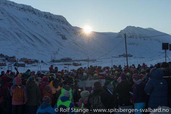 Soloppgang under solfesten, Longyearbyen