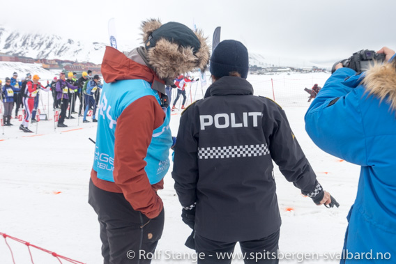 Sysselmann Kjerstin Askholt skyter startskuddet Svalbard Skimarathon 2019