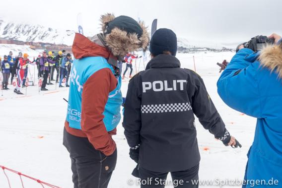 Sysselmann Kjerstin Askholt beim Startschuss Svalbard Skimarathon 2019