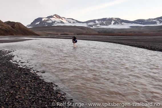 Kryssing av en smeltevannselv ved Grønfjordbreane
